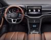 新款比亚迪宋PLUS车内主要采用棕色与黑色的双色搭配